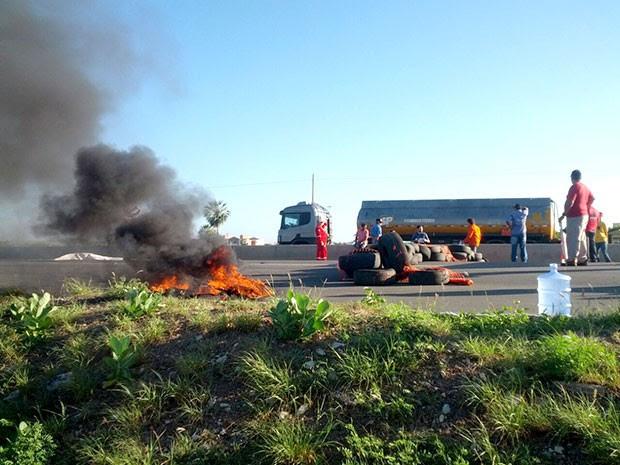 Terceirizados da Petrobras atearam fogo em pneus e fecharam parte da rodovia (Foto: Juliana Fernandes)