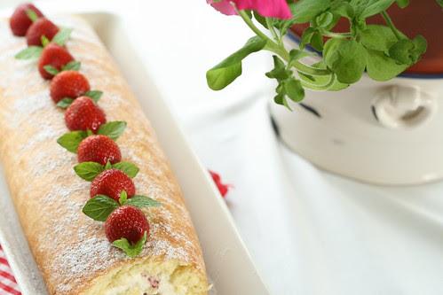 Strawberry Swiss Roll / Rullbiskviit maasikate ja kohupiimakreemiga