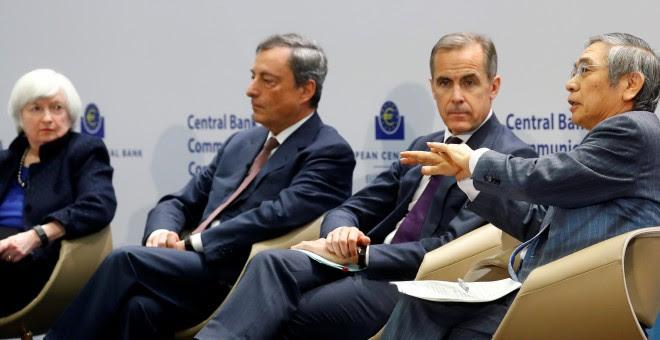 Los dirigentes de los cuatro mayores bancos centrales del planeta: Janet Yellen (Reserva Federal), Mario Draghi (Banco Central Europeo), Mark Carney (Banco de Inglaterra) y Haruhiko Kuroda (Banco de Japón). REUTERS/Kai Pfaffenbach.