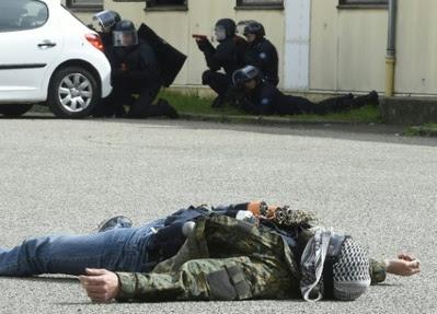 Exercices de formation pour des membres des SPI (section de protection et d'intervention des CRS), le 21 avril 2016 à Saint-Foy-lès-Lyon