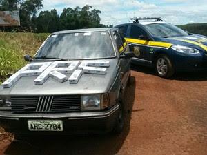 Veículo carregado com cigarro foi levado para a Receita Federal (Foto: PRF/ Digulgação)