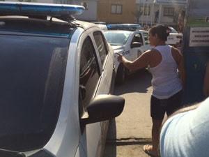 Populares xingam Sailson na saída da DH, na Baixada Fluminense  (Foto: Káthia Mello/G1)