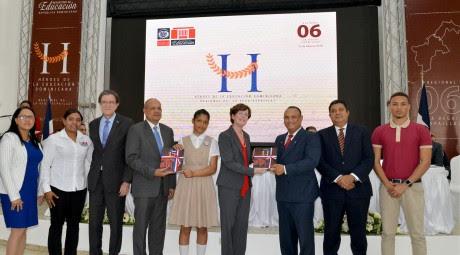 imagen Autoridades del Ministerio de Educación de pie entregando libros Héroes de la Educación Dominicana