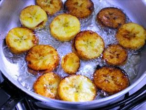 Corte as bananas em rodelas e frite em óleo   (Foto: Leandro Tapajós/G1 AM)