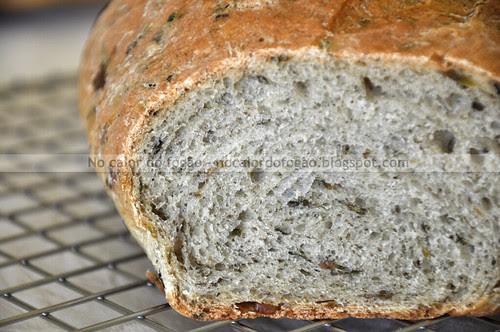 Pão de pesto e azeitonas cortado