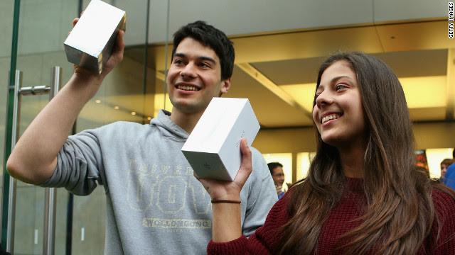 Os primeiros clientes a comprar seu novo iPhone 5s sair de uma loja da Apple na George Street em Syndey, Austrália.