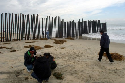 Migrantes en la frontera de Tijuana con San Diego. Foto: Eduardo Miranda