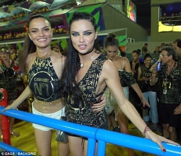 Olhar corajoso: Adriana Lima (direita) e Barbara Fialho (esquerda) atingiram o Carnaval do Rio de Janeiro quando o espetáculo começou no Brasil no domingo