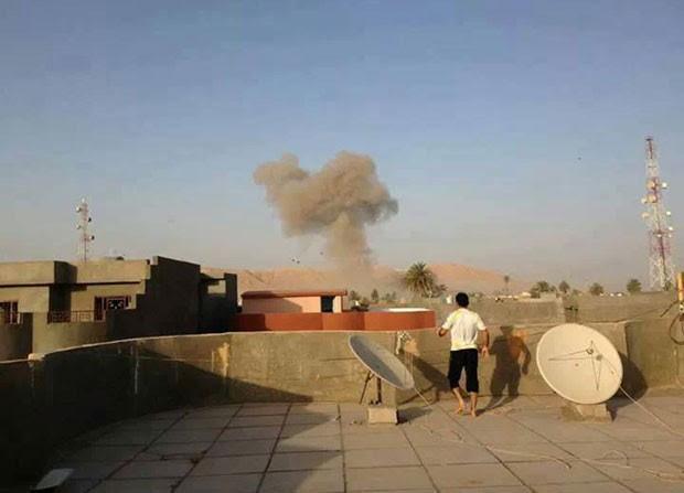 Fumaça é vista no céu de Tuz Khormato, ao norte de Bagdá, no Iraque, após explosão (Foto: AP)