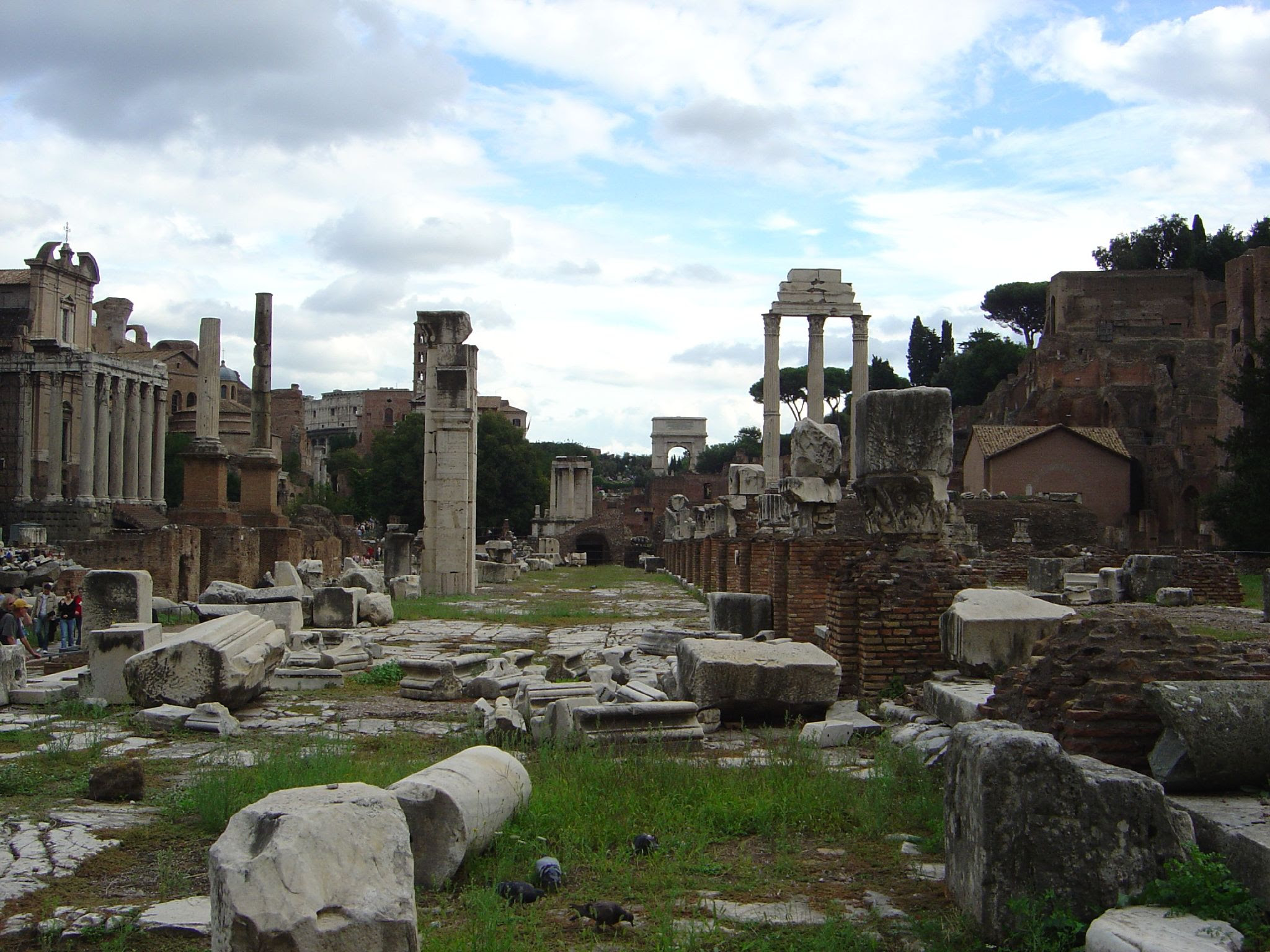 http://upload.wikimedia.org/wikipedia/commons/b/b1/Ruins_of_Roman_Forum.jpg