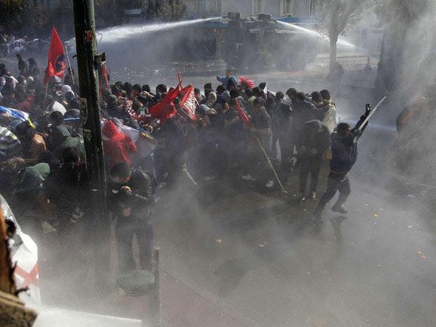 Manifestantes são dispersados pela polícia com jatos de água em um protesto contra o governo em Valparaiso, no Chile. (Foto: Ivan Alvarado/Reuters)