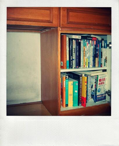 桌腳下的小書櫃