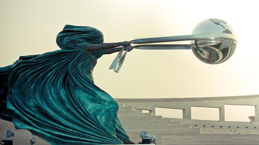 madre-naturaleza-fuerza-escultura-lorenzo-quinn-8
