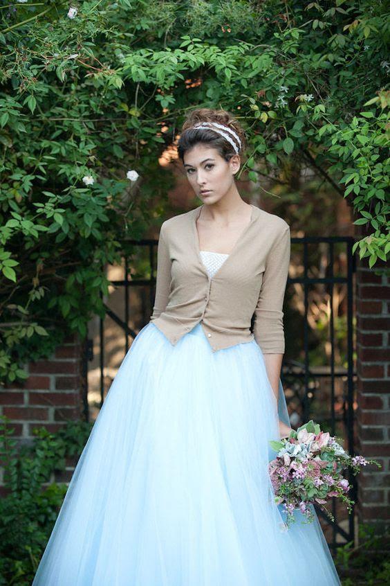 eine Neutrale beige Strickjacke nicht ausziehen Aufmerksamkeit von Ihrem wunderschönen Kleid