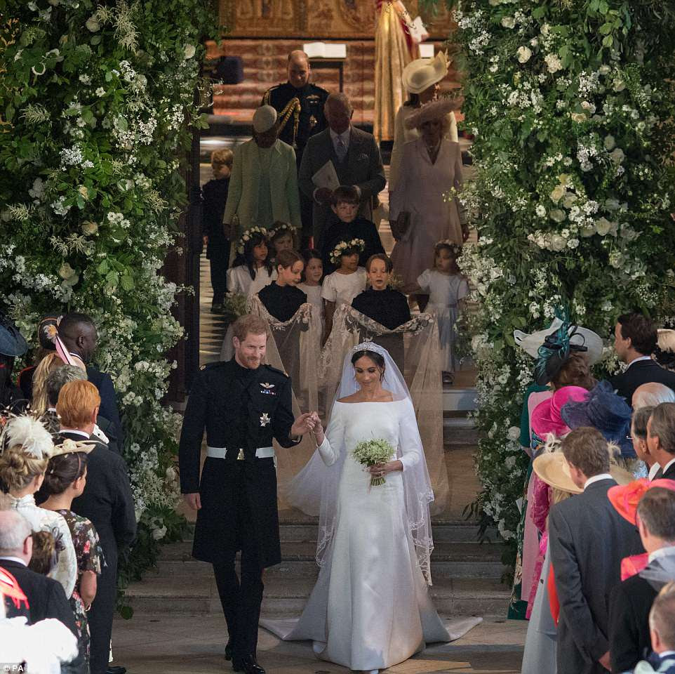 Harry y Meghan dejan la capilla de San Jorge seguidos de invitados, incluido el príncipe Carlos, que acompañó a la novia por el pasillo