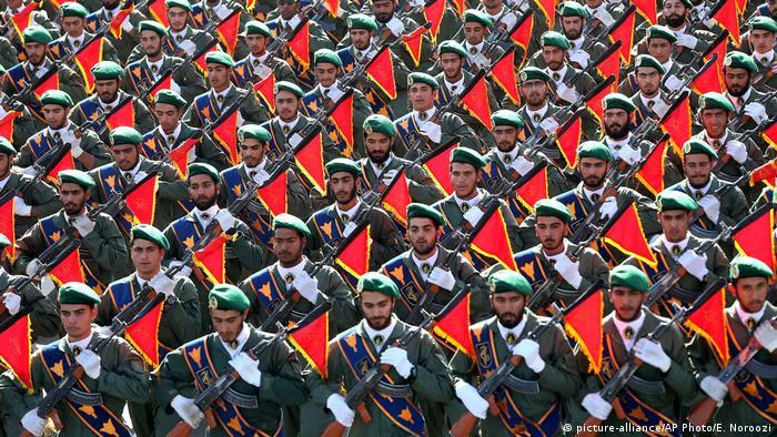 Soldados da Guarda Revolucionária Islâmica marcham durante parada militar em Teerã
