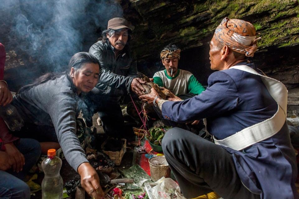 Photos: Indonesias Tenggerese climb Mt. Bromo, offer sacrifice to volcano  Al Jazeera America