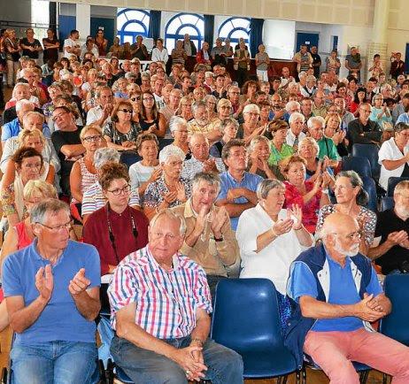 1. L'assemblée a largement applaudi les différentes interventions. 2. « C'est...