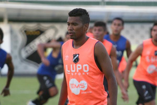 Lateral-esquerda Guto treinou no time de cima e pode estrear