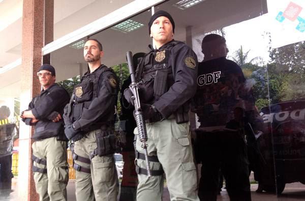 Policias fazem busca na Administração Regional de Taguatinga (Ed Alves/CB/DA Press)