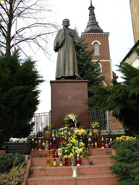 Archivo: Niegowic un monumento a curar Wojtyly.jpg