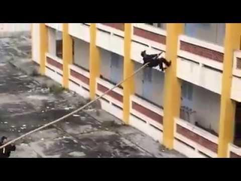 Fuerzas Especiales usando una pertiga