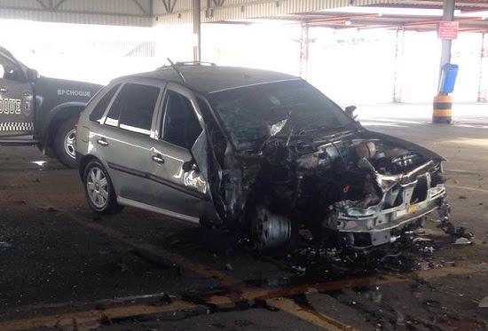 Carro explode em estacionamento de supermercado em Natal