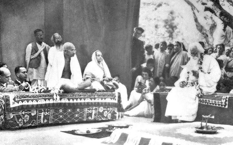 File:Gandhi Shantiniketan 1940.jpg