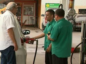Motorista abastece carro em posto após aumento do combustível em Ribeirão Preto, SP (Foto: Reprodução/EPTV)