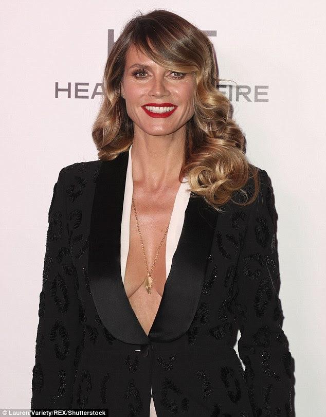 Bravo!  A supermodelo de 43 anos de idade decidiu renunciar a uma blusa completamente e colocar em uma exibição pechugón em um blazer preto mergulhando no evento estrela-studded