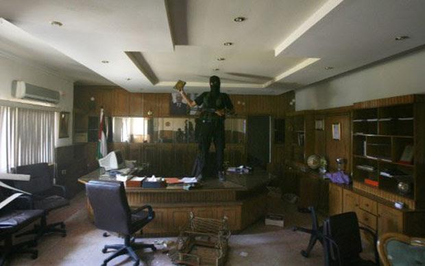 Militante do Hamas mostra cópia do Corão após invadir a sede do Fatah na Cidade de Gaza, em junho de 2007 (Foto: Arquivo AFP)