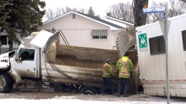 truck-in-sinkhole-skpic
