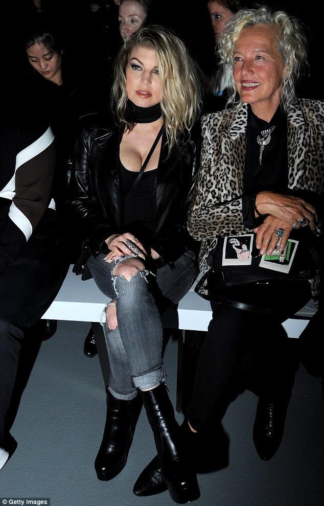Esperando a ação: Fergie tomou seu lugar na primeira fila ao lado fotógrafa Ellen von Unwerth