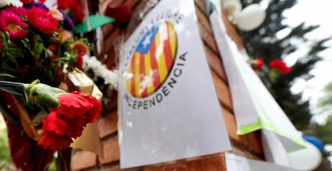Flores en la verja de entrada del colegio Ramon Llull, en Barcelona, uno de los centros electorales donde se protagonizaron las cargas policiales más violentas durante la jornada del 1-O. REUTERS/Yves Herman