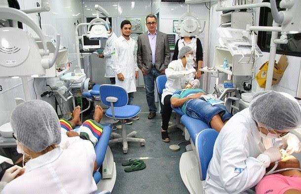 Secretário Geraldo Reis visitando o gabinete de procedimentos do Odontomóvel