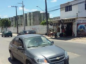 Para alguns moradores, Avenida Antônio Costa Azevedo é a 'divisa' (Foto: Artur Ferraz/G1)