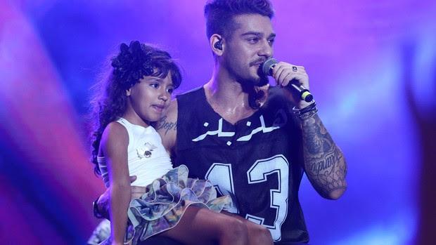 Lucas Lucco cantou com criança (Foto: Raphael Dias/Gshow)