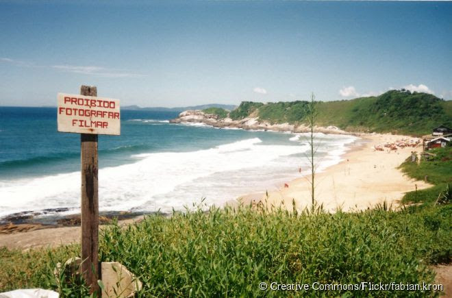 A Praia do Pinho é considerada a primeira de naturismo no Brasil, cuja prática começou em 1983