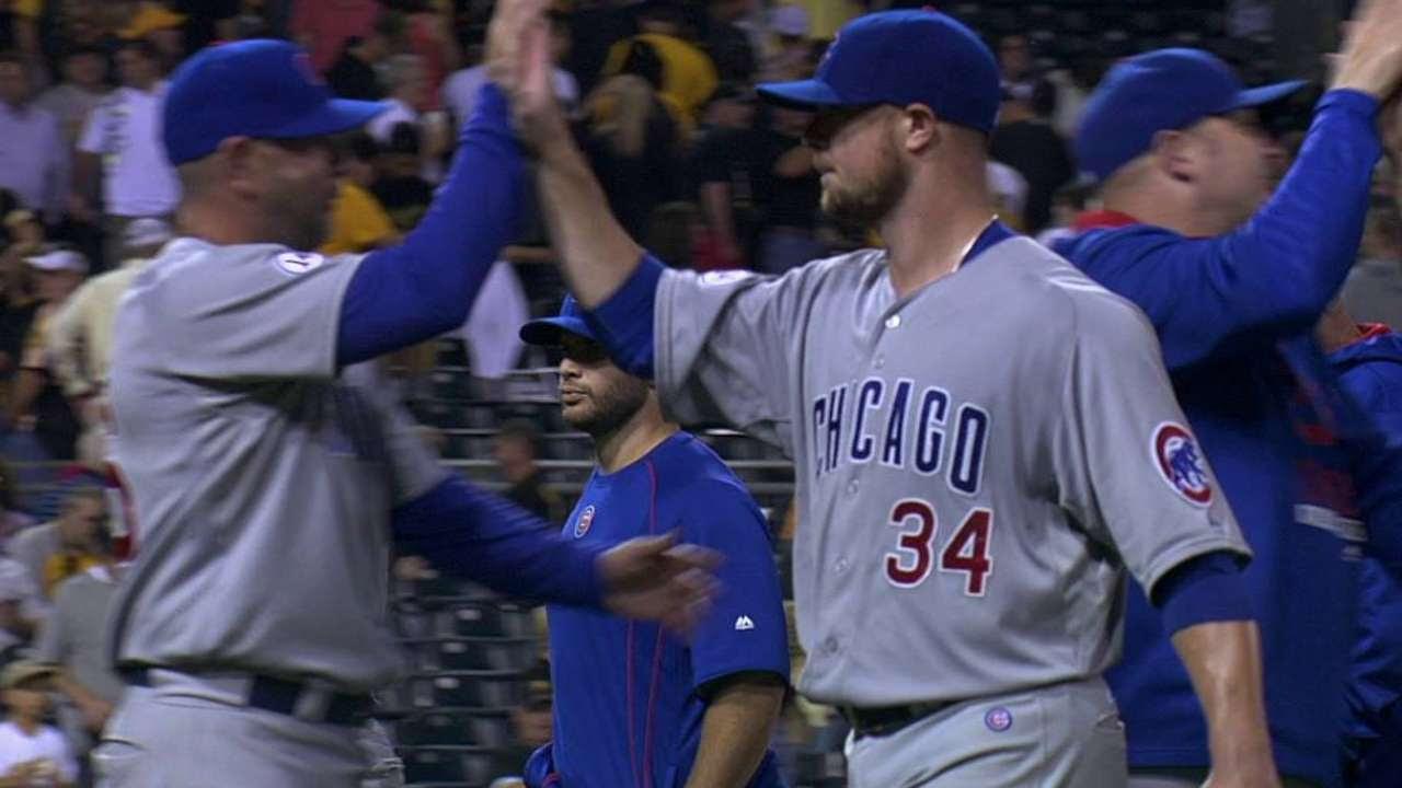 Cubs dividen doble juego gracias a joya de Jon Lester