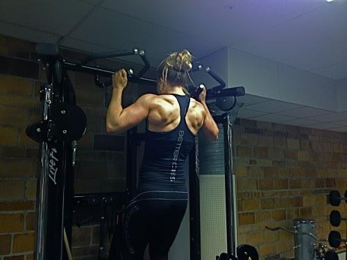 Sarah gör viktade pull-ups