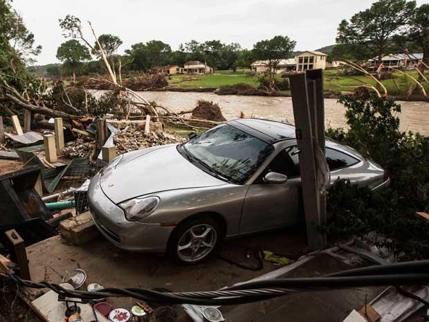Tormenta destruiu casa e danificou um Porsche em Wimberley (Foto: Tamir Kalifa / Reuters)