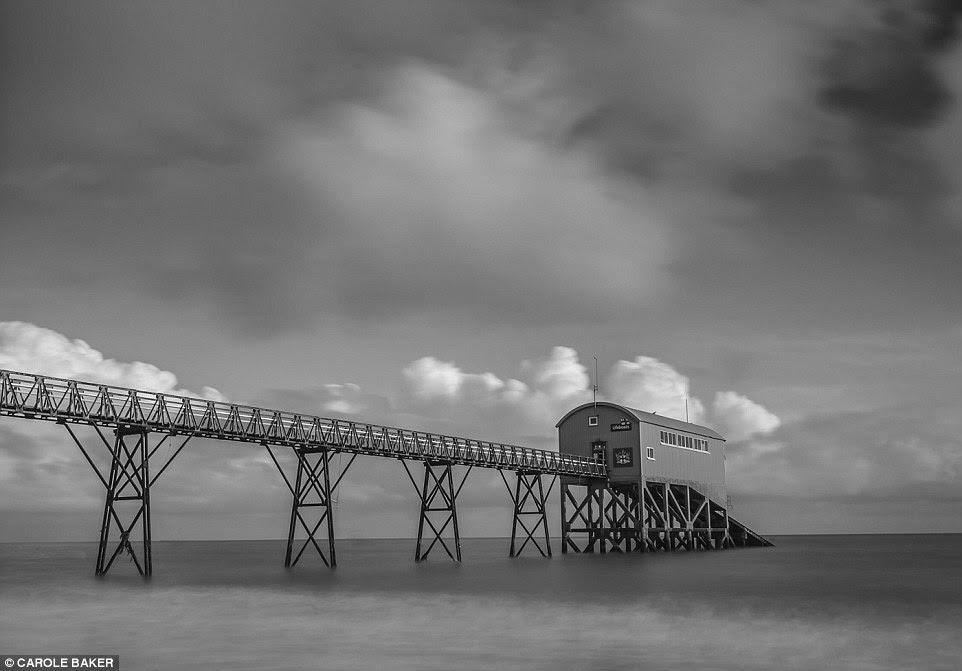 Selsey Estação Boat Vida em Selsey, Chichester, parece quase cinematográfica nesta foto preto-e-branco por Carole Baker