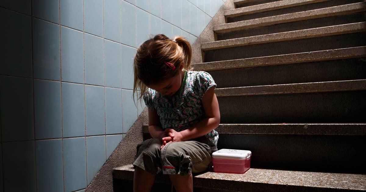 Angstig meisje fluistert tegen haar moeder dat medebewoner (80) hand onder haar rok stopte