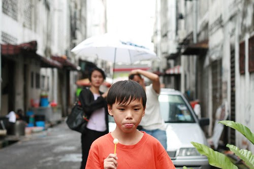 Ming Wei with his lolipop. Behind him: James Lee and Kimmy.