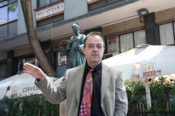 El periodista Jaume Collell davant de l'estàtua de la cupletista Raquel Meller, a l'avinguda Paral·lel de Barcelona