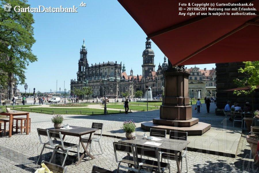"""Blick auf die Hofkirche vom Café/Restaurant """"Alte Meister"""""""