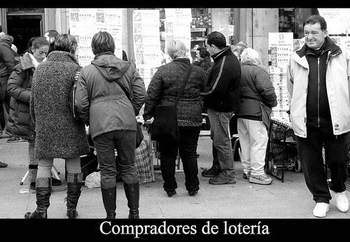 Compradores de lotería de NAvidad en la Puerta del Sol de Madrid