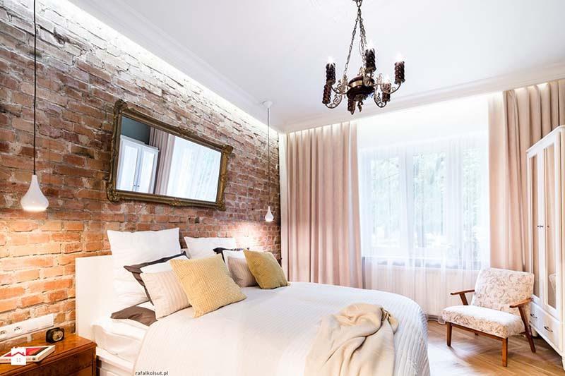 Tác dụng phản chiếu của gương giúp đầu giường nhà bạn như bừng sáng