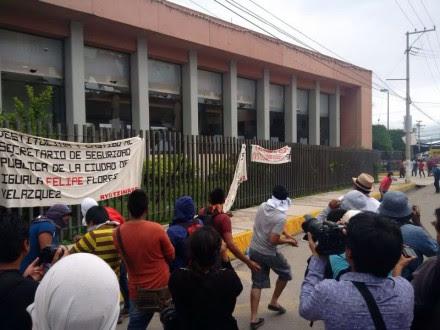 Normalistas lanzan piedras contra el Congreso de Guerrero. Foto: Ezequiel Flores