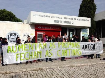 Os estudantes prometem ficar na cantina até o reitor do ISCTE, Luís Reto, se deslocar ao local para ouvir o protesto. Foto de Paulete Matos.